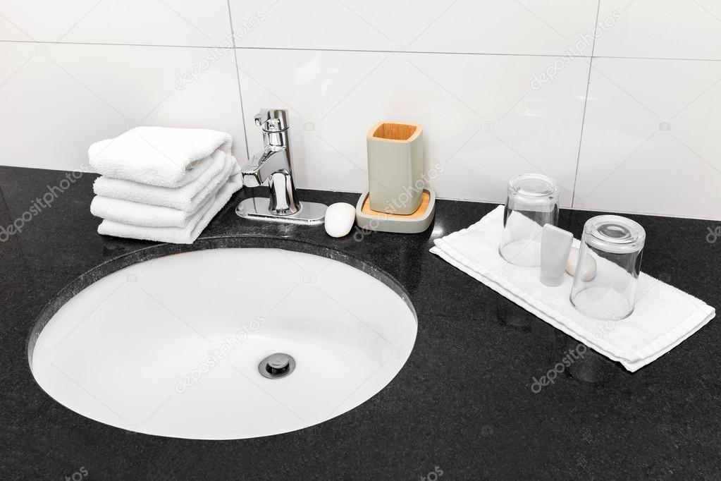 Badkamer wastafel op toilet interieur u2014 stockfoto © pashapixel #71784807