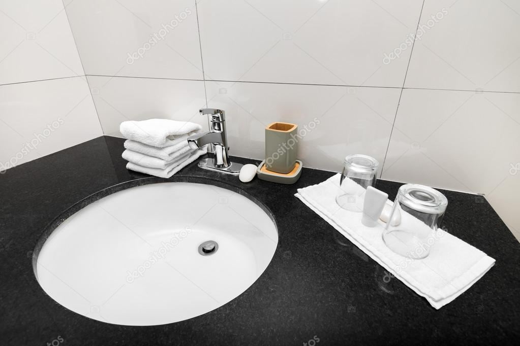 Badkamer wastafel op toilet interieur u stockfoto pashapixel