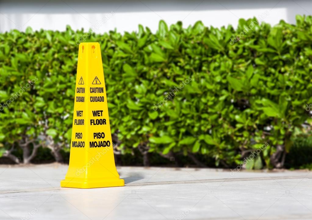 Avverta il segnale di pericolo del pavimento bagnato vicino ad