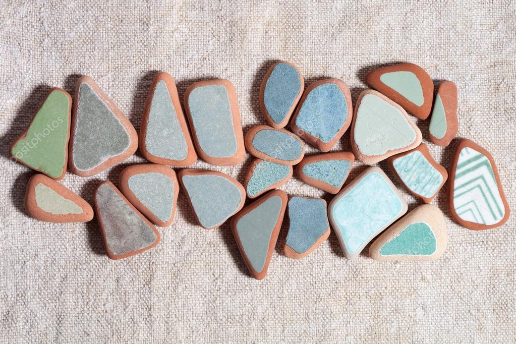 Pezzi di piastrelle colorate levigate dal mare u foto stock