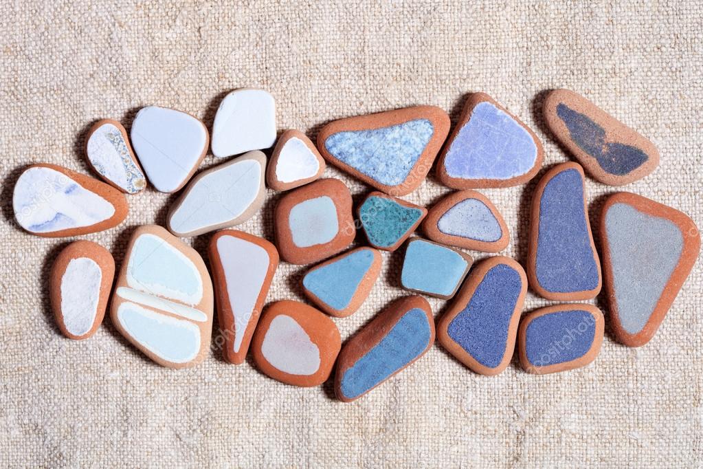 Pezzi di piastrelle colorate levigate dal mare foto - Stock piastrelle 2 euro ...