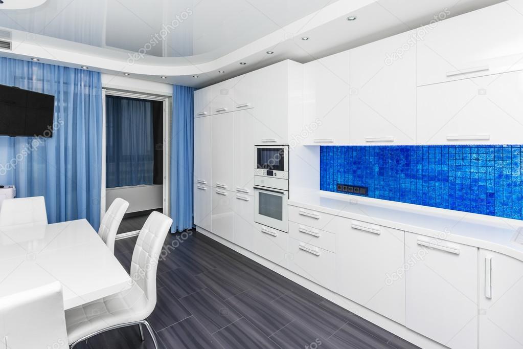 Fadenscheinige moderne weiß blau innen Küche-Esszimmer — Stockfoto ...