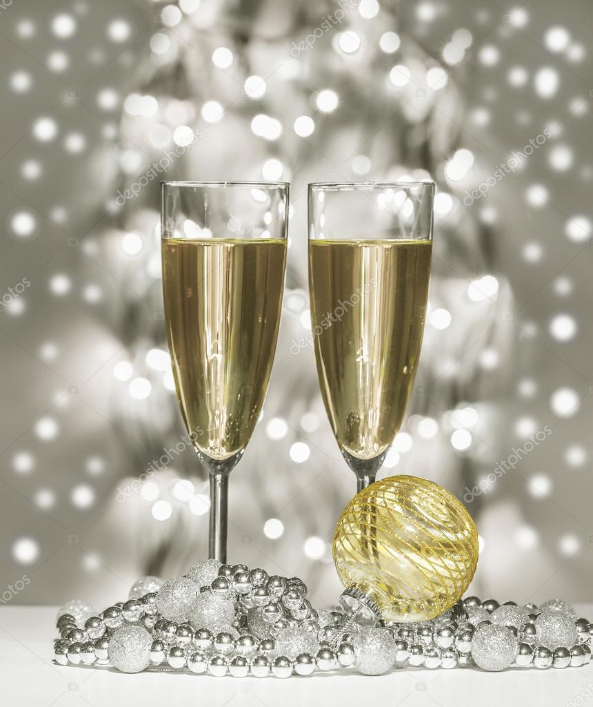 Gouden Kerst Bol Wijn Glazen Stockfoto C Irogova 119633960