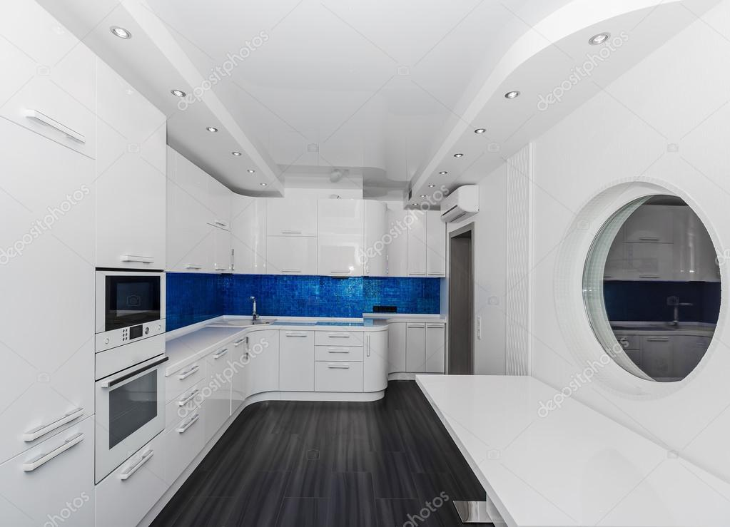 Fadenscheinige moderne weiß blau innen Küche-Esszimmer mit ...