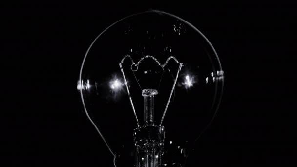Žárovky žárovka bliká černém pozadí, smyčky připravené