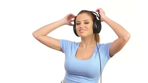junge schöne Frau hört Musik