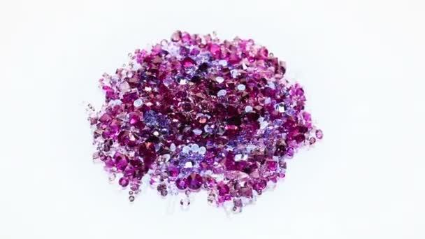 Klenot kameny haldy v fialové tóny přes bílé pozadí