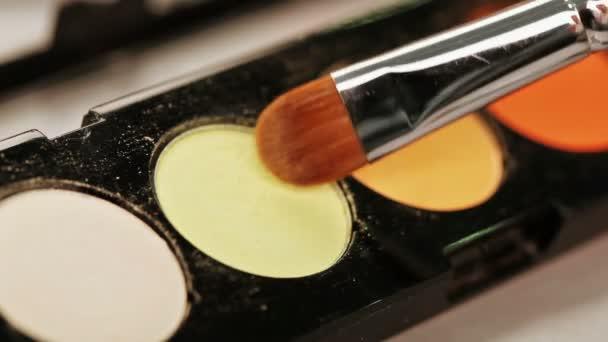 Makeup kartáč nad barevné oční stíny paleta