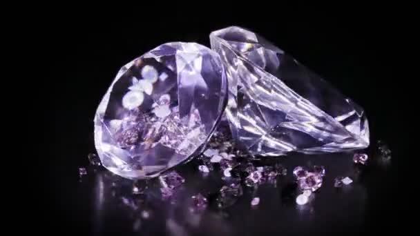 Két nagy gyémánt kövek, sok kis egy forgó át sötét