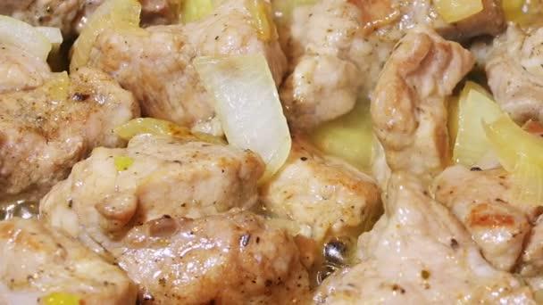 Plátky vepřového masa pečené na pánvi s cibulí, posuvné video