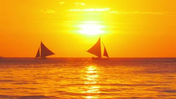 tramonto sulla costa del mare tropicale con le barche