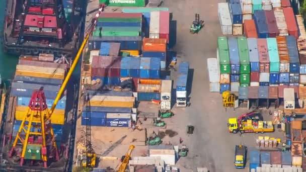 Zeitraffer-Video des Containerterminals in Hongkong am Tag. Rasch fahrende Lastwagen
