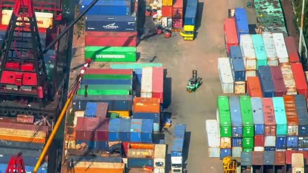 Bunte Container im Dock des internationalen Terminals in Hongkong