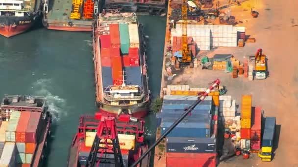 Geschäftige Tätigkeit beim Be- und Entladen von Containern von Schiffen in Hongkong