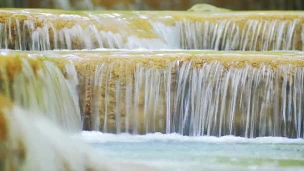 vodopád podél proudu vody