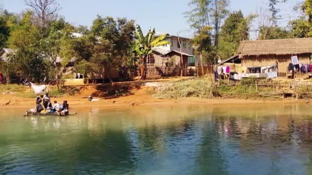 Vesničané na řece v místní obci