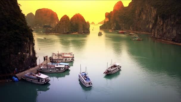 Halong Bay Vietnam panoráma kilátás táj TimeLapse. Naplemente panoráma