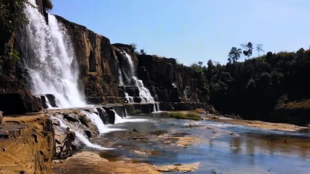 Wanderer in der Nähe von Pongour Wasserfall in Vietnam
