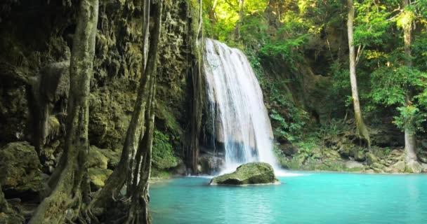 vodopád v rybníku v džungli deštného pralesa