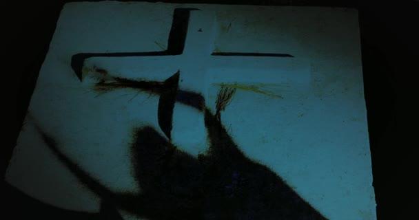 sagoma di donna morta sulla pietra della tomba