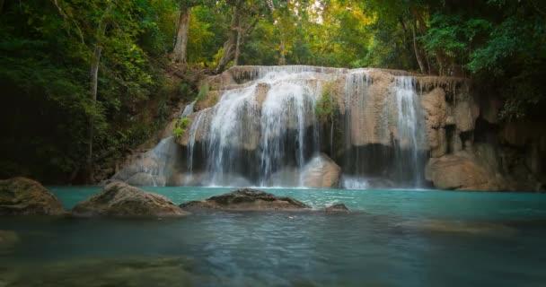 Gyönyörű erdő idilli vízesést
