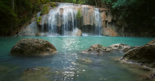 vodopádu Erawan v Thajsku.