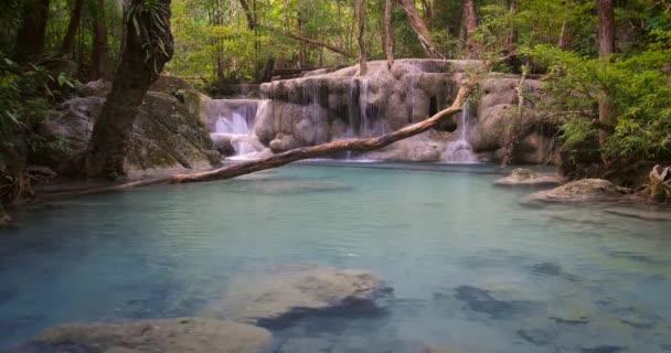 vody ukryté v džungli lesa Thajsko