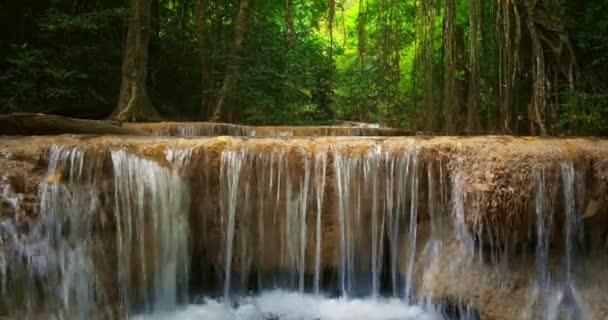 tropické vodopád v lese džungle