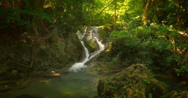 proud vody z horské bystřiny