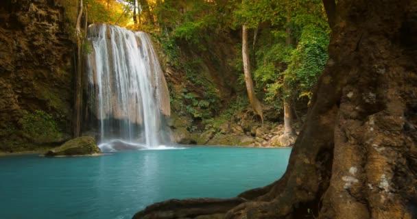 vodopád, padající z kamenité kaskáda