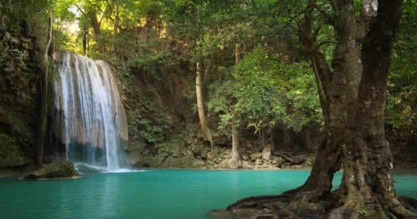 vodopád v dešti lesní Thajsko