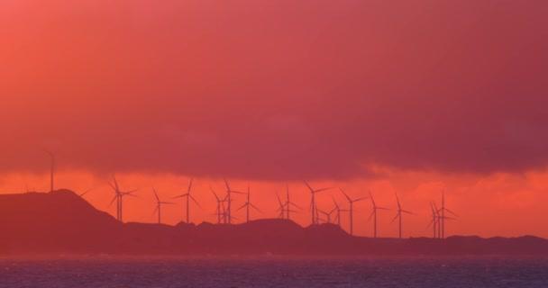 pobřeží moře při západu slunce s větrné turbíny