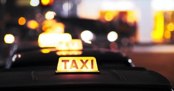 Symbol žluté taxi na střeše kabiny
