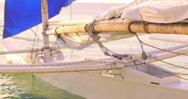 dřevěná jachtě člun s modrou plachtou
