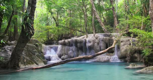 vodopád v tropické džungli z Thajska