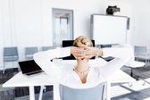 Atraktivní administrativní pracovník sedí u stolu
