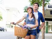 Šťastný pár v městě s kole