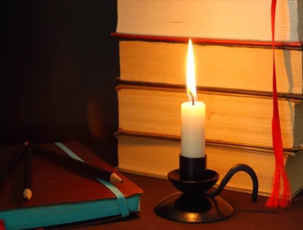 Svíčka oheň a notebook pro spisovatele