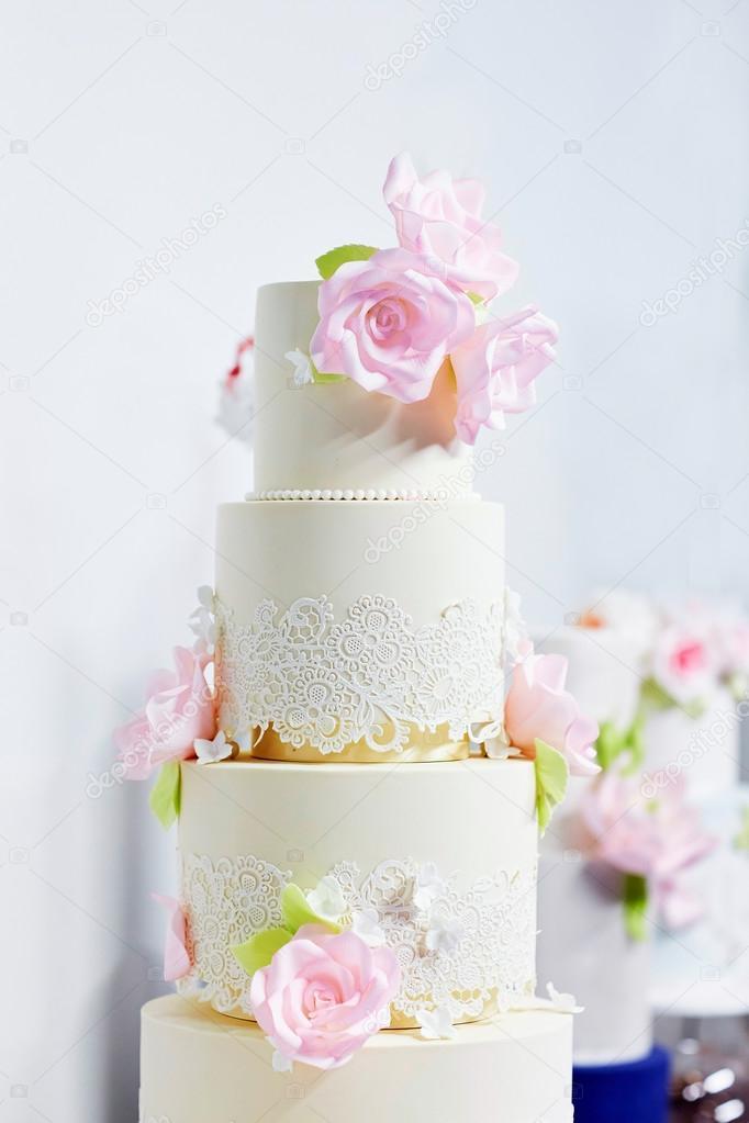 Hochzeitstorte Dekoriert Mit Rosa Pfingstrosen Stockfoto