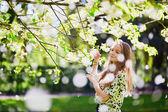 Dívka v zahradě třešňový květ na jarní den