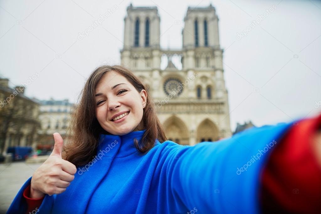 Schone Junge Touristen In Paris Machen Lustige Selfie Stockfoto