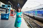 Fotografie Junge Frau auf der Plattform eines Bahnhofs