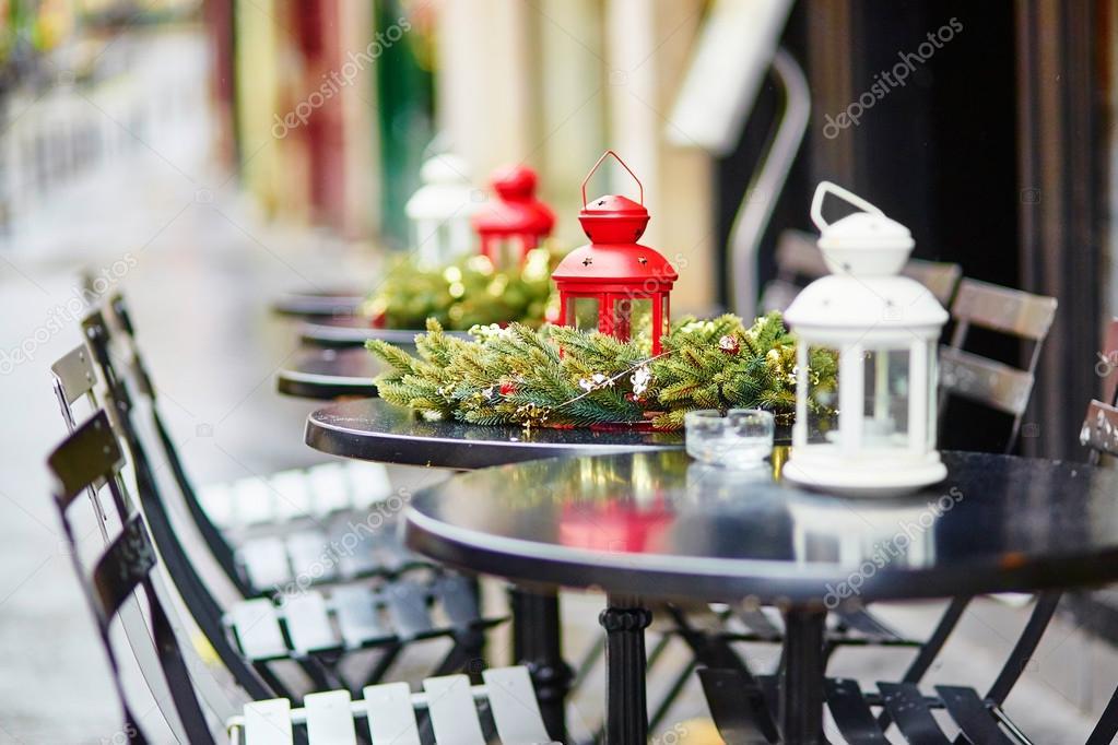 caf parisino al aire libre decorado para navidad u imagen de archivo