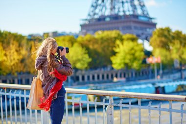 Tourist in Paris taking picture of Eiffel tower