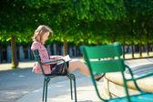 Krásná mladá Pařížanka, čtení knihy