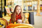 Fotografie Junges Mädchen in Paris auf ein Herbsttag