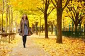 Giovane ragazza a Parigi un giorno di autunno