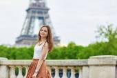 Gyönyörű fiatal párizsi nő
