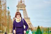 Fotografia bella giovane turista felice a Parigi