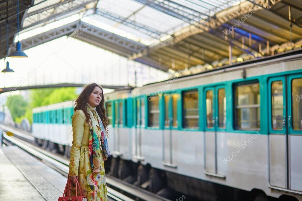 Donna che aspetta un treno — Foto Stock © encrier #77508230